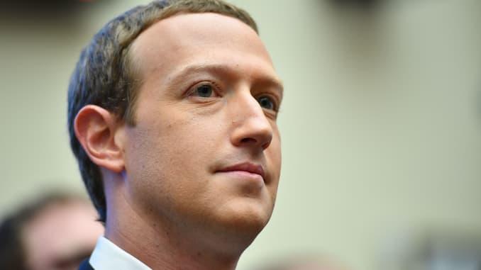 Facebook 회장 겸 CEO 인 Mark Zuckerberg는 2019 년 10 월 23 일 워싱턴 DC에있는 Rayburn House Office Building에서 'Facebook의 조사와 금융 서비스 및 주택 부문에 미치는 영향'에 대해 하원 금융 서비스위원회에 증언하기 위해 도착했습니다.