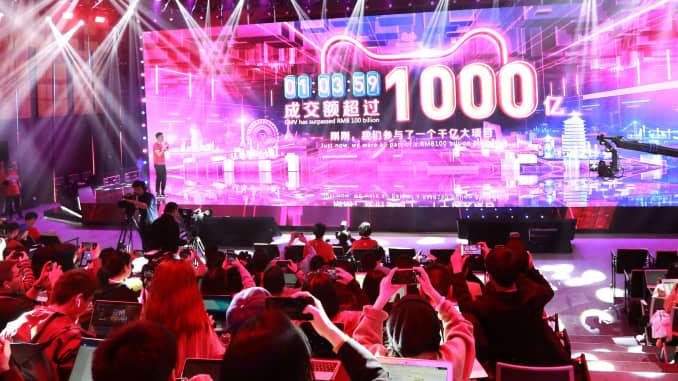 Một màn hình cho thấy doanh số bán hàng của Alibaba vượt quá 100 tỷ nhân dân tệ sau một giờ trong Lễ hội mua sắm toàn cầu Alibaba 11.11 năm 2019 vào ngày 11 tháng 11 năm 2019 tại Hàng Châu, Trung Quốc.