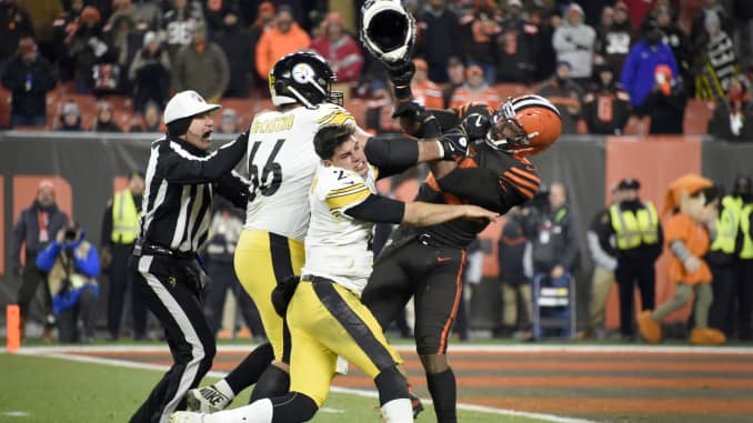 Cleveland Browns Defensive End Hits Pittsburgh Steelers