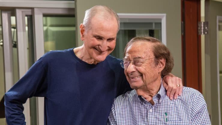 Cụ Marvin Weisbord đã tặng một bài hát cho cụ Tripp trong ngày sinh lần thứ 100 của cụ