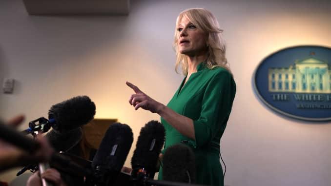 Cố vấn cấp cao của Nhà Trắng Kellyanne Conway nói chuyện với các thành viên của giới truyền thông trong Phòng họp Báo chí James Brady của Nhà Trắng ngày 17 tháng 12 năm 2019 tại Washington, DC.