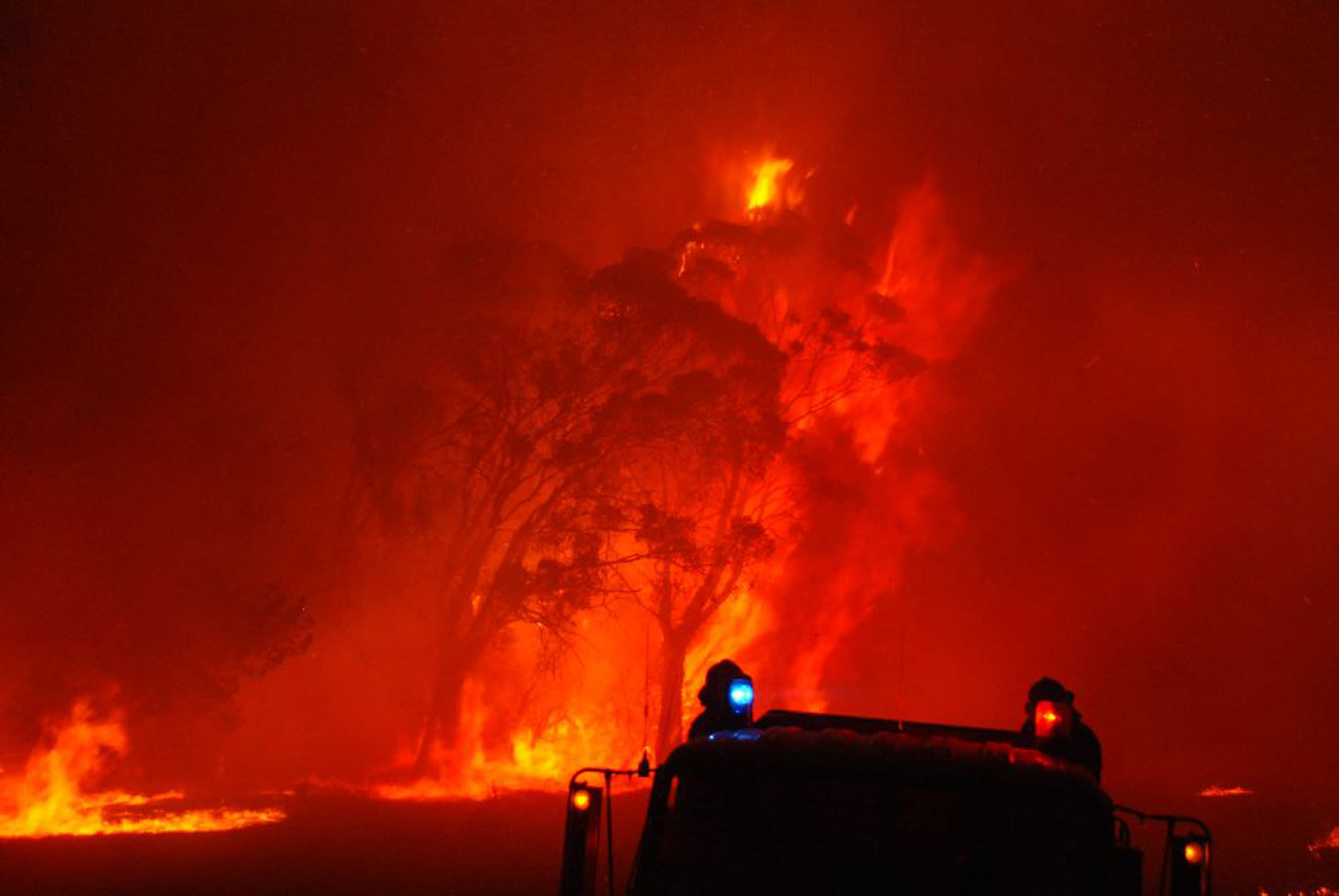 Residents, holidaymakers urged to leave Australian region as fire conditions worsen