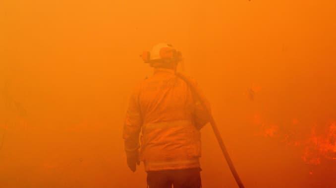 GP: incendios forestales de Australia: un bombero lleva a cabo medidas de retroceso
