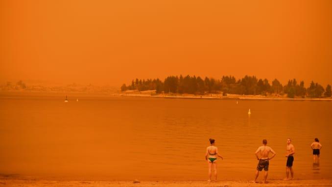 GP: Incendios forestales en Australia: los residentes se refrescan en el lago Jindabyne 200104