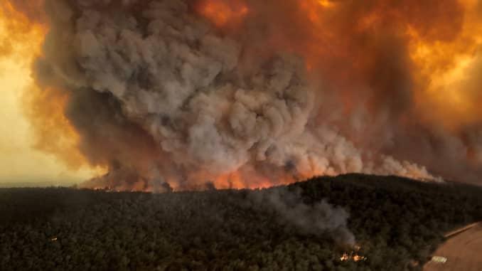 RT: Australia incendios forestales: olas de humo durante incendios forestales en Bairnsdale, Victoria, Australia, 30 de Diciembre, 2019