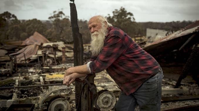 GP: Australia: Los incendios forestales fuego arrasó el valle cerca de la aldea agrícola de Wairewa, East Gippsland, destruyendo hogares.