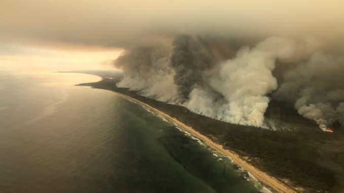 RT: Incendios forestales en Australia: gruesas columnas de humo se levantan de los incendios forestales en la costa de East Gippsland, Victoria, Australia 4 de enero de 2020 i