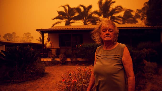 RT: Australia incendios forestales: Mujer fuera de casa 200104