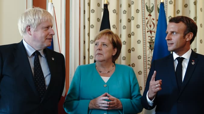 Chancellor Angela Merkel (CDU) stands between Boris Johnson (l), Prime Minister of Great Britain, and Emmanuel Macron, President of France, at the beginning of the summit.