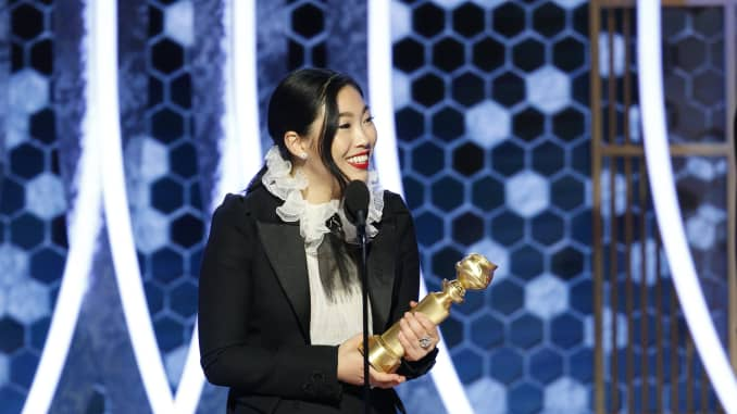 """Awkwafina menerima penghargaan untuk KINERJA TERBAIK OLEH AN ACTRESS IN A MOTION PICTURE - MUSICAL OR COMEDY untuk """"The Farewell"""" di atas panggung selama Penghargaan Golden Globe Tahunan ke-77 di The Beverly Hilton Hotel pada tanggal 5 Januari 2020 di Beverly Hills, California."""