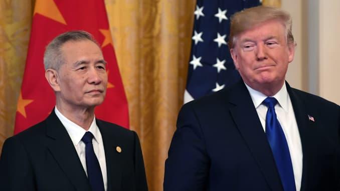 Tổng thống Donald Trump và Phó Thủ tướng Trung Quốc Liu He, nhà đàm phán thương mại hàng đầu của đất nước, tổ chức một cuộc họp báo