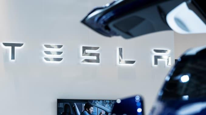 Logo Tesla được vẽ trong Triển lãm Ô tô Brussels vào ngày 9 tháng 1 năm 2020 tại Brussels.  (Ảnh của Kenzo TRIBOUILLARD / AFP) (Ảnh của KENZO TRIBOUILLARD / AFP qua Getty Images)