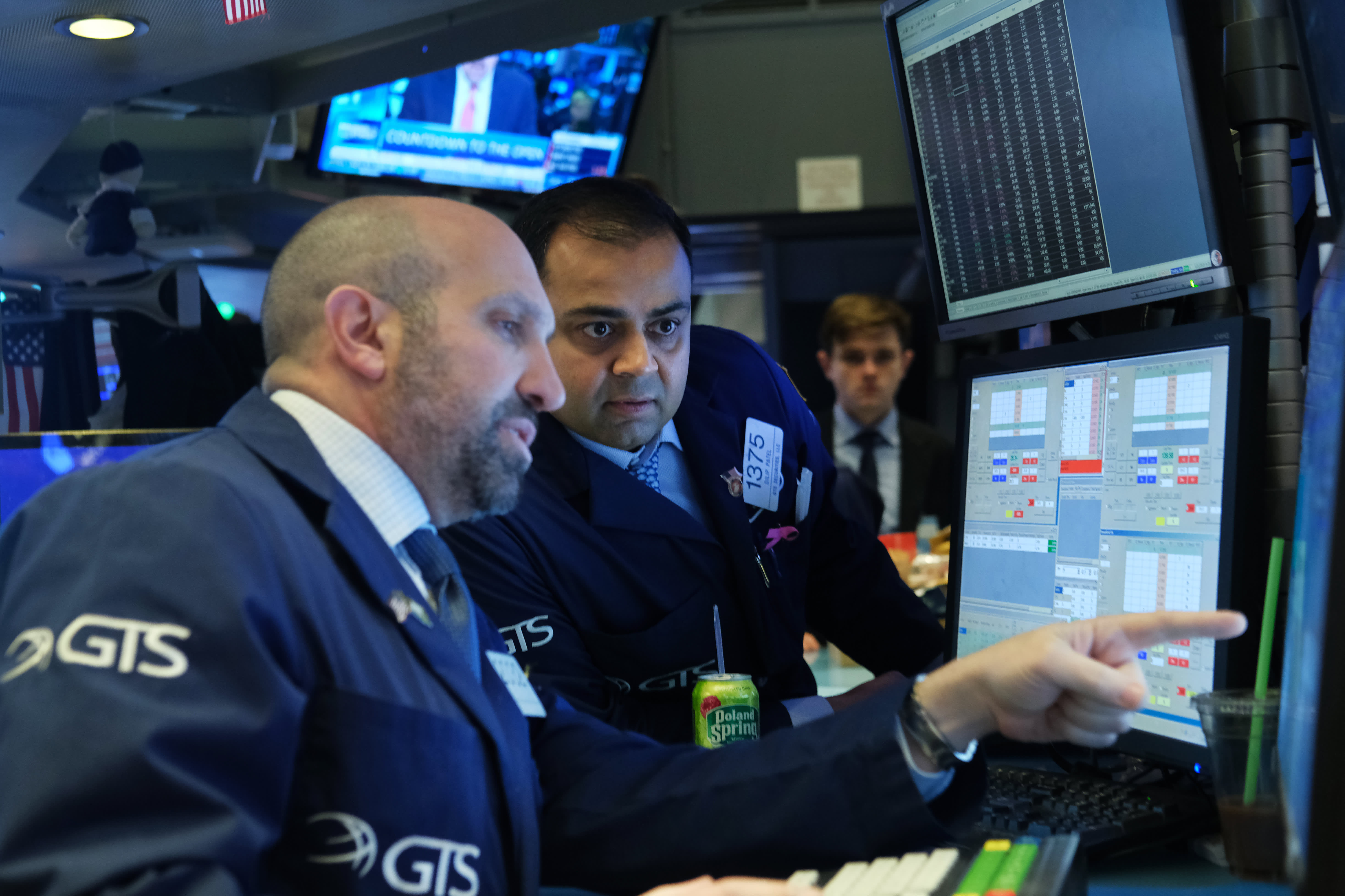 US futures point to slightly higher open on Wall Street