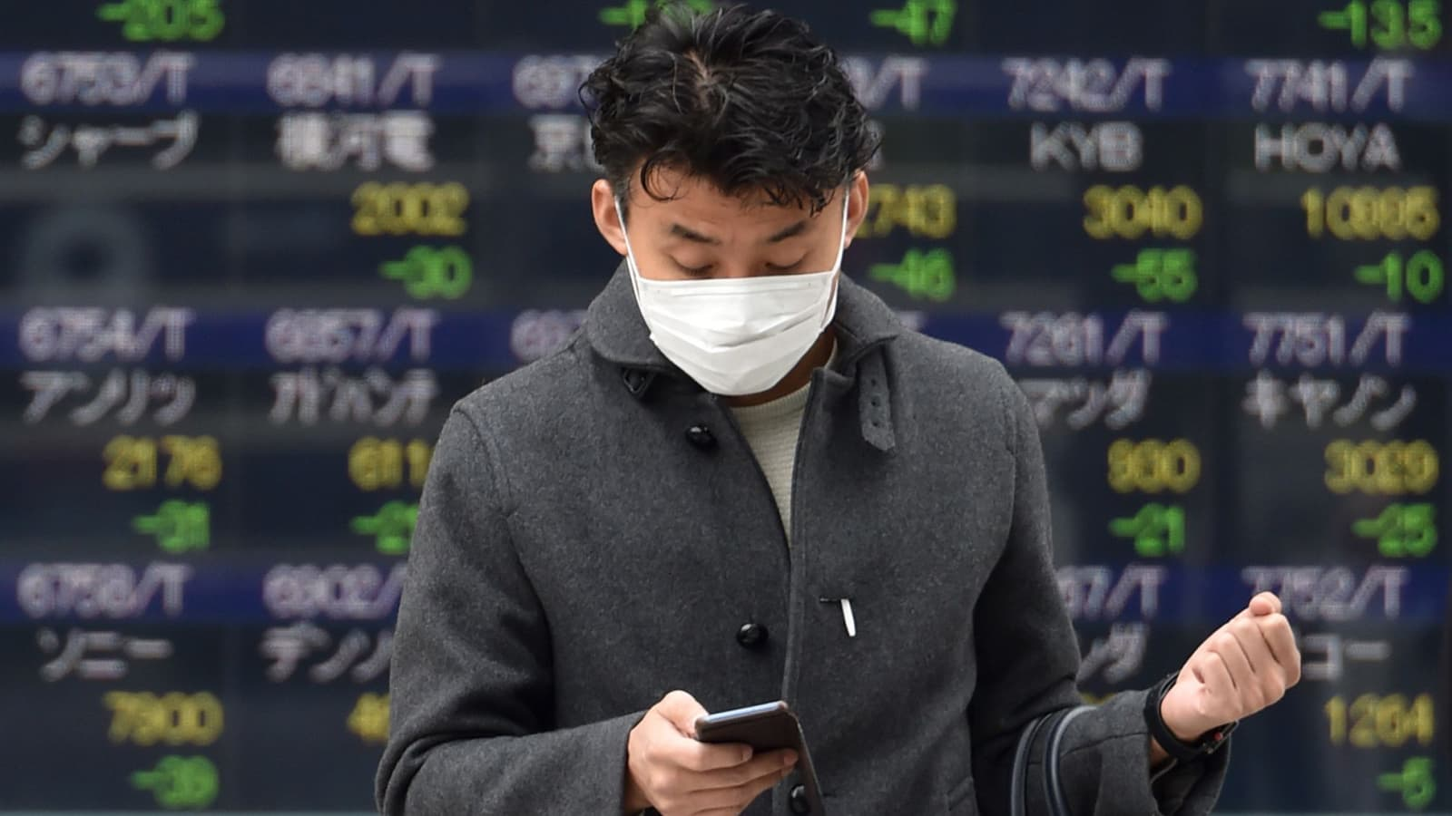 Hong Kong stocks tumble as coronavirus death toll in China continues to rise