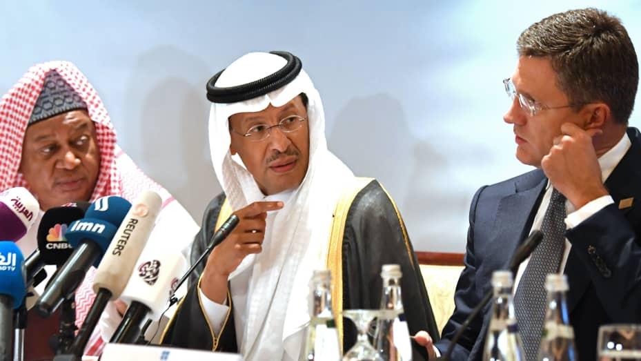 Tổng thư ký OPEC Mohammed Sanusi Barkindo (L), Bộ trưởng Năng lượng Saudi Arabia, Hoàng tử Abdulaziz bin Salman (C) và Bộ trưởng Năng lượng Nga Alexander Novak (R) tham dự cuộc họp Opec-JMMC tại thủ đô Abu Dhabi của UAE vào ngày 12 tháng 9 năm 2019.
