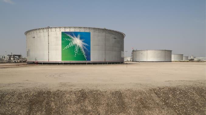 Các thùng dầu tại một cơ sở chế biến dầu của Saudi Aramco, một công ty dầu khí quốc doanh của Ả Rập Xê-út, tại mỏ dầu Abqaiq.