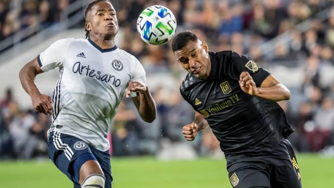 Eddie Segura # 4 dari Los Angeles FC bertahan melawan Sergio Santos # 17 dari Philadelphia Union selama pertandingan MLS di Banc of California Stadium pada 8 Maret 2020 di Los Angeles.