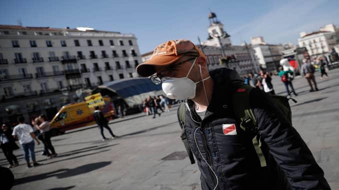 Mọi người đeo khẩu trang để đề phòng virus coronavirus (COVID-19) tại Puerta del Sol ở Madrid, Tây Ban Nha vào ngày 13 tháng 3 năm 2020.
