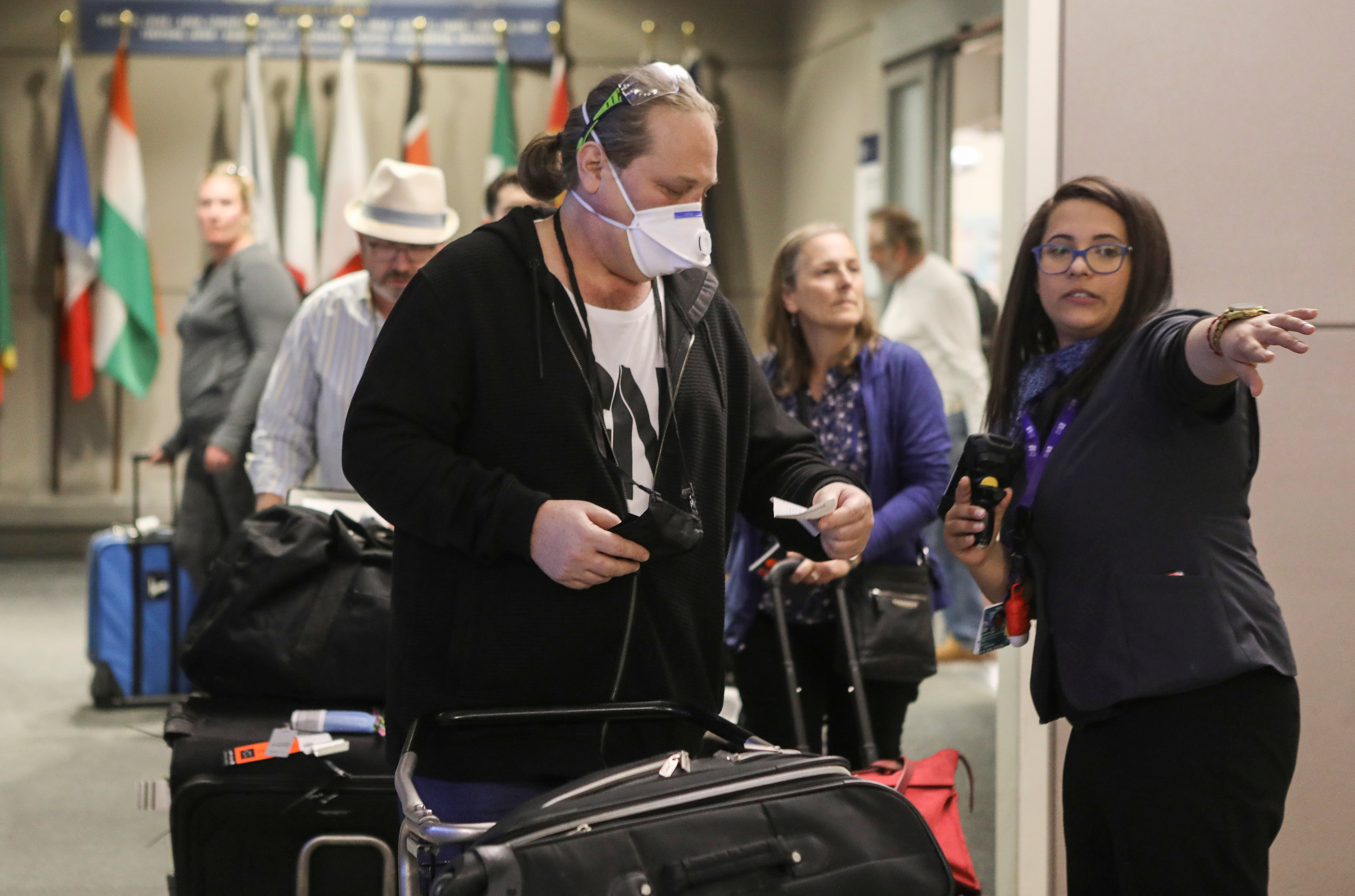 Americans returning home hours-long lines at US airports
