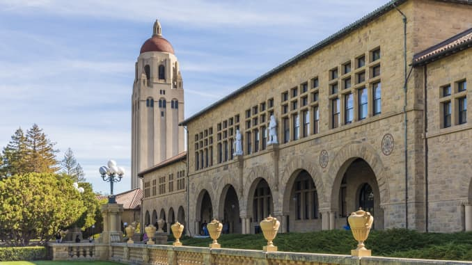 Nhìn tổng thể khuôn viên của Đại học Stanford bao gồm Tháp Hoover và các tòa nhà của Main Quadrangle.