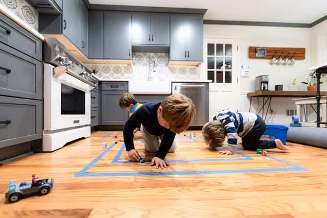 5 cheap, creative ways to entertain young kids at home