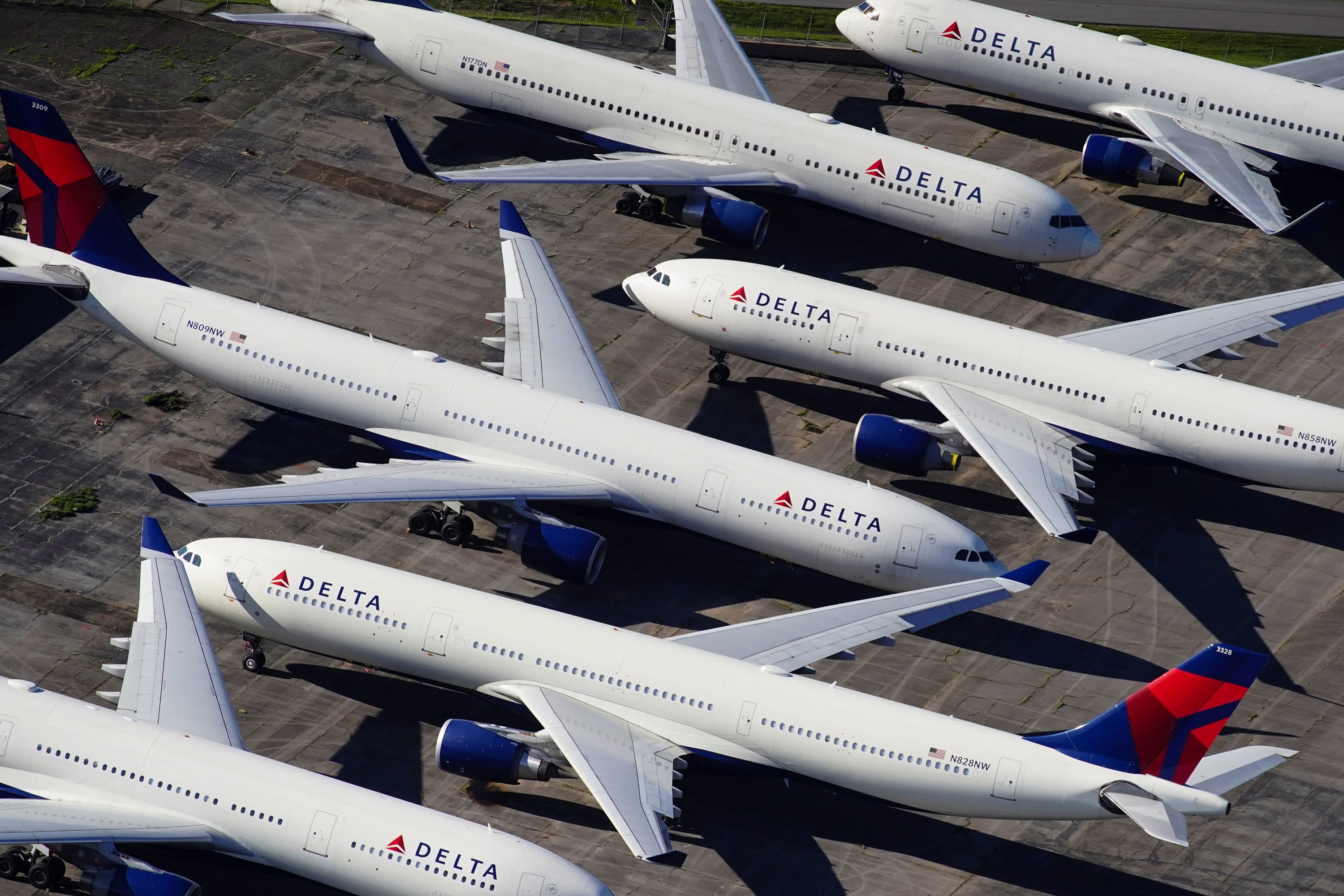 Delta CEO sends staff memo thanking 17,000 employees for leaving, says it gets airline closer to 'minimizing furloughs'