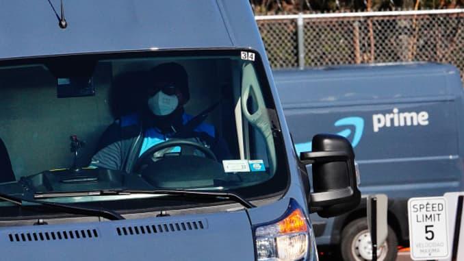 Quang cảnh các xe giao hàng của Amazon Prime ở trung tâm Amazon, Woodside, một ngày sau cuộc biểu tình ở Khu vực Đảo Staten ở Thành phố New York trong bối cảnh Đại dịch Coronavirus vào ngày 1 tháng 4 năm 2020.