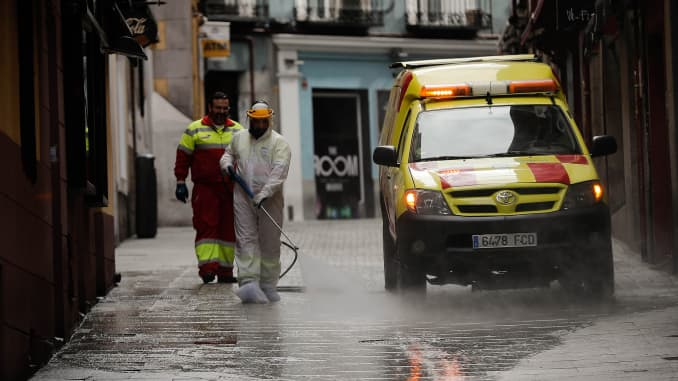 Spain death rate falls, US outbreak in focus