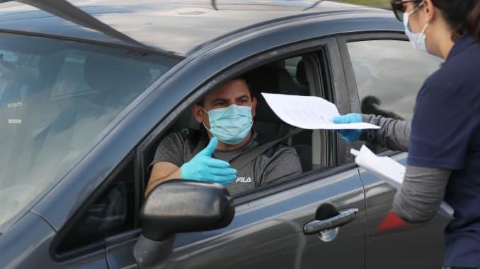 GP: Pessoas desempregadas com coronavírus fazem fila para aplicações de desemprego em Hialeah, Flórida, durante a crise do COVID-19