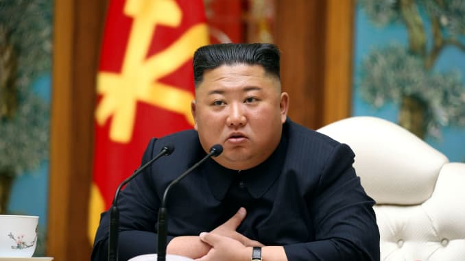 Nhà lãnh đạo Triều Tiên Kim Jong Un tham gia cuộc họp của Cục Chính trị thuộc Ủy ban Trung ương Đảng Lao động Triều Tiên (WPK) trong hình ảnh này được Hãng thông tấn Trung ương Triều Tiên (KCNA) công bố vào ngày 11/4/2020.
