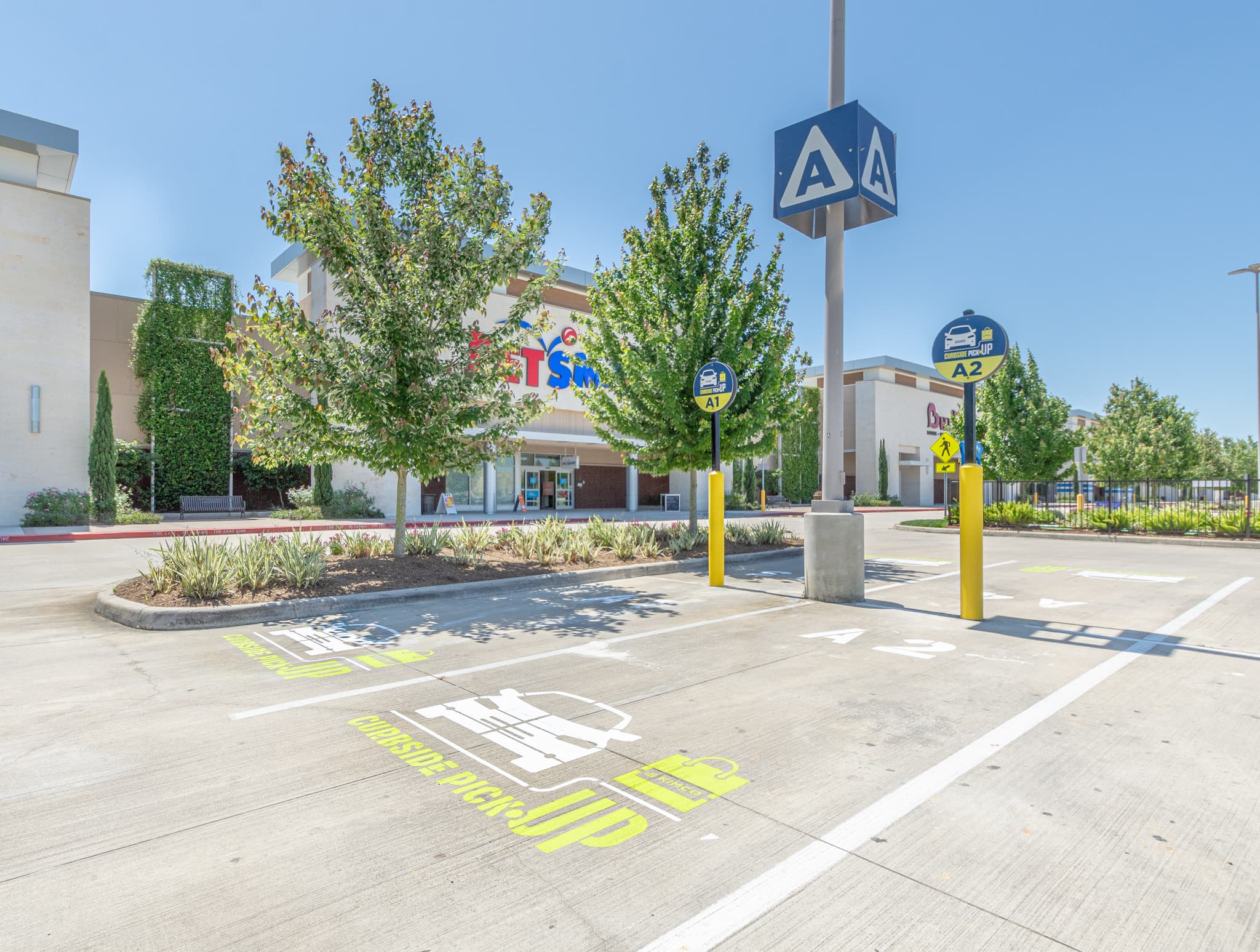 Kimco Realty to add curbside pickup as its malls reopen after coronavirus