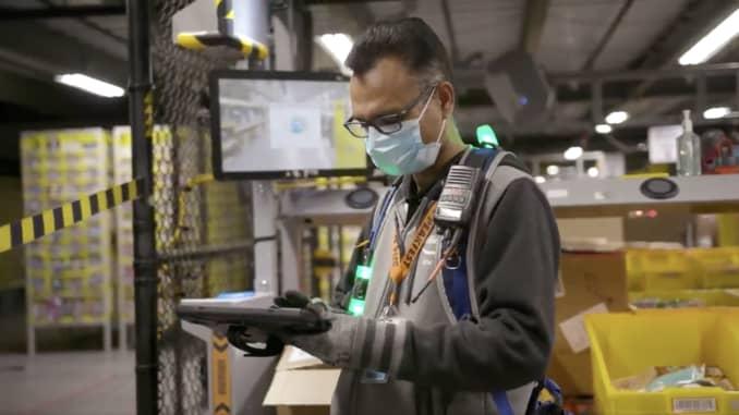 Một công nhân Amazon bên trong nhà kho trong đại dịch coronavirus