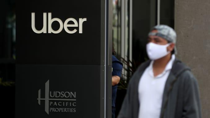 2020年5月18日,一名行人在加利福尼亚州旧金山的Uber总部前路过一个标志。
