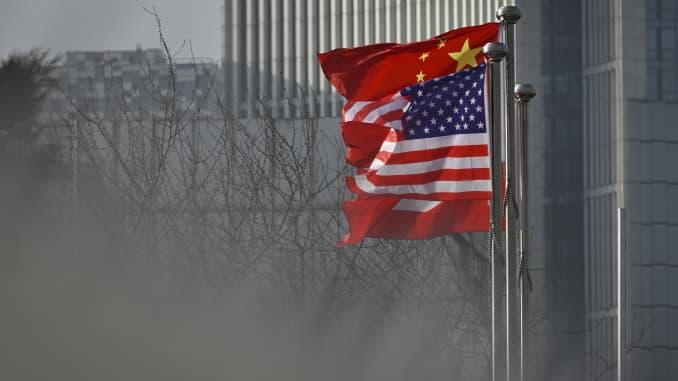 Quốc kỳ Trung Quốc và Mỹ bay phấp phới trước lối vào của một tòa nhà văn phòng công ty ở Bắc Kinh.