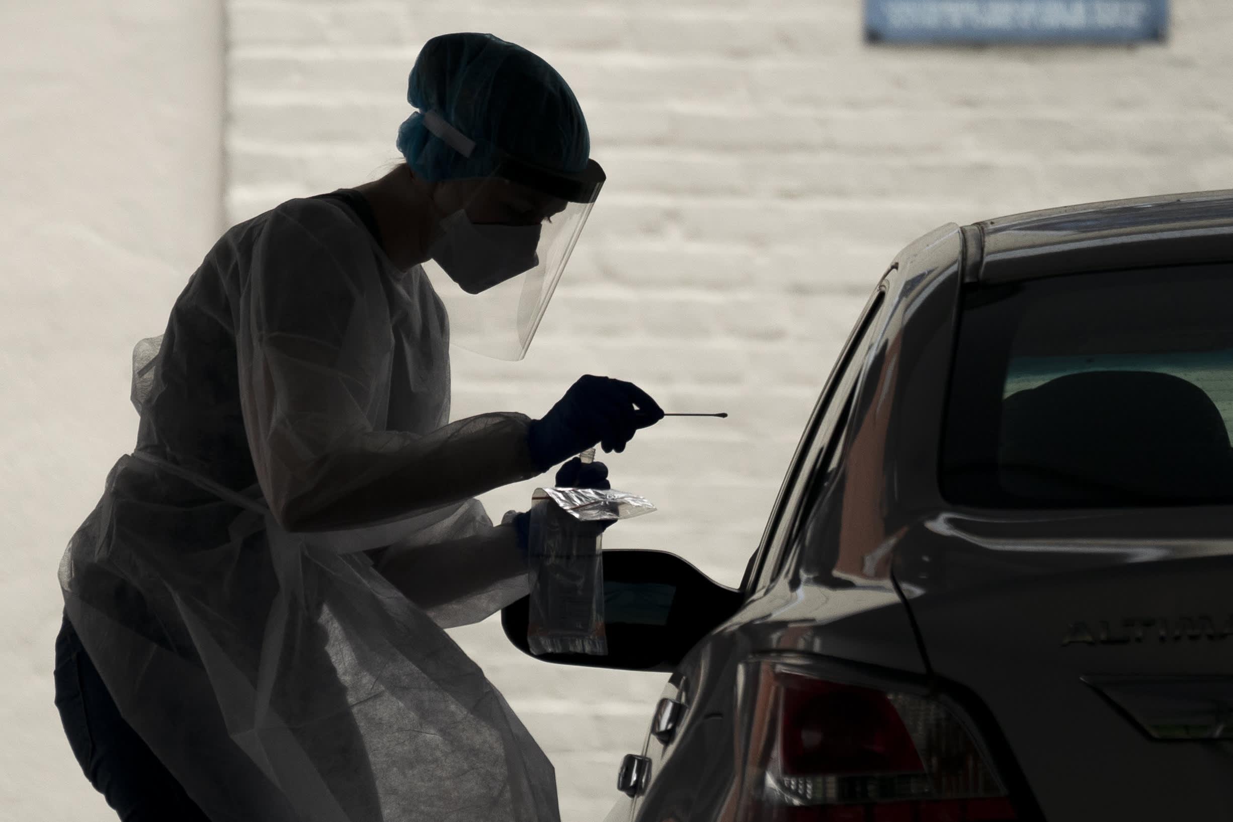 शीर्ष रणनीतिकार फिल ऑरलैंडो ने कहा कि कोरोनावायरस स्पाइक शेयरों को 10% सुधार में धकेलने की संभावना है