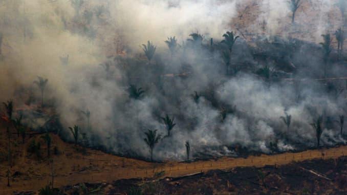 Vista aérea que muestra humo saliendo de un parche de bosque despejado con fuego en los alrededores de Boca do Acre, una ciudad en el estado de Amazonas, en la cuenca del Amazonas en el noroeste de Brasil, el 24 de agosto de 2019.