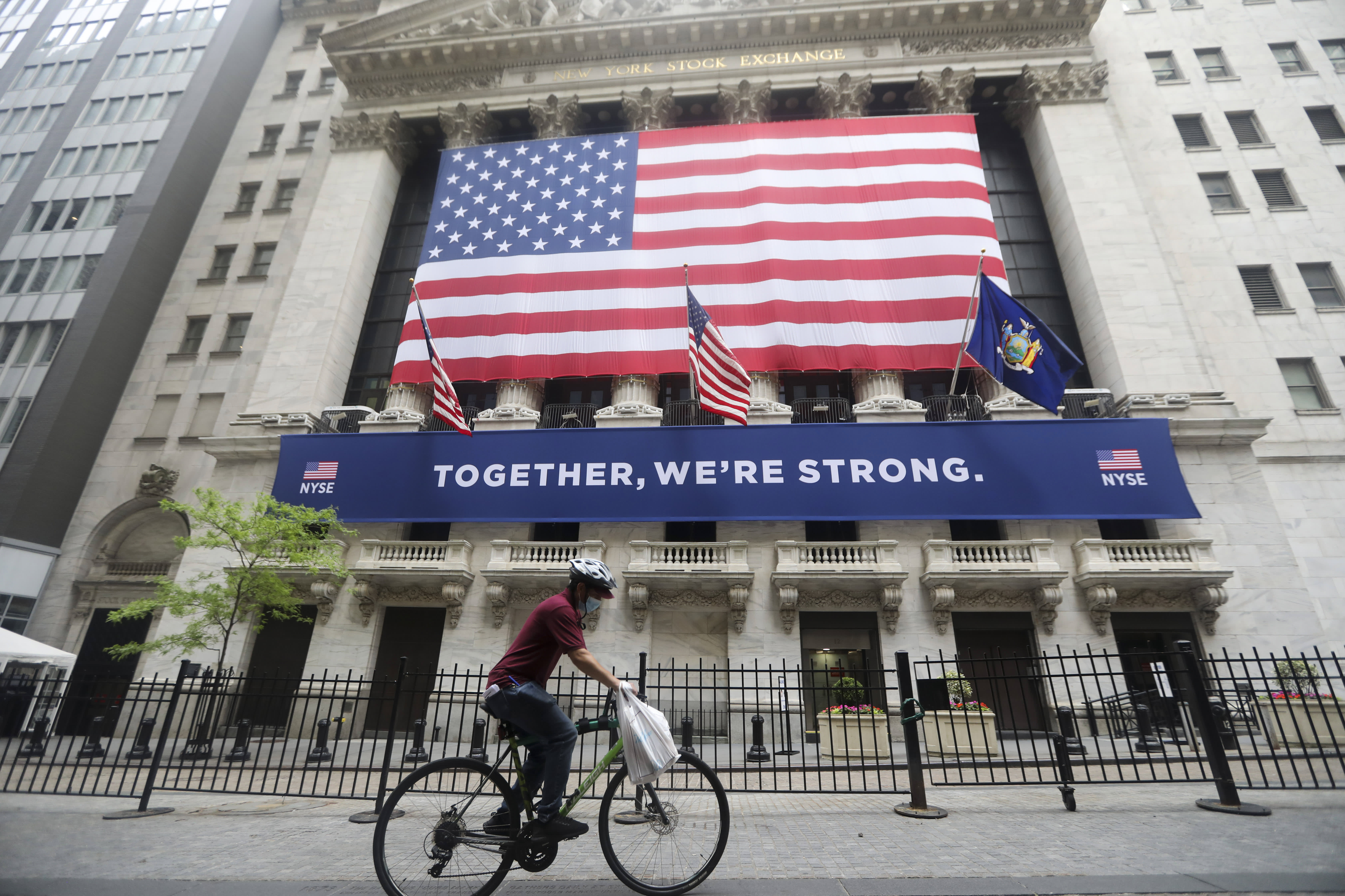 Stock market today: Stocks extend losses amid record GDP plunge, with the Dow dropping 500 points 2