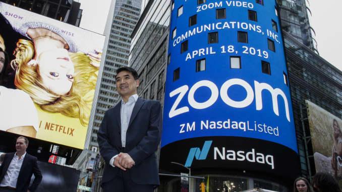 Người sáng lập Zoom, Eric Yuan, đứng trước tòa nhà Nasdaq khi màn hình hiển thị logo của công ty phần mềm hội nghị truyền hình Zoom sau lễ khai mạc vào ngày 18 tháng 4 năm 2019 tại thành phố New York.