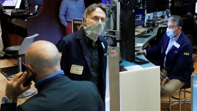2020年5月27日,在纽约州继续发生冠状病毒病(COVID-19)时,交易员在纽约证券交易所工作时戴着口罩。