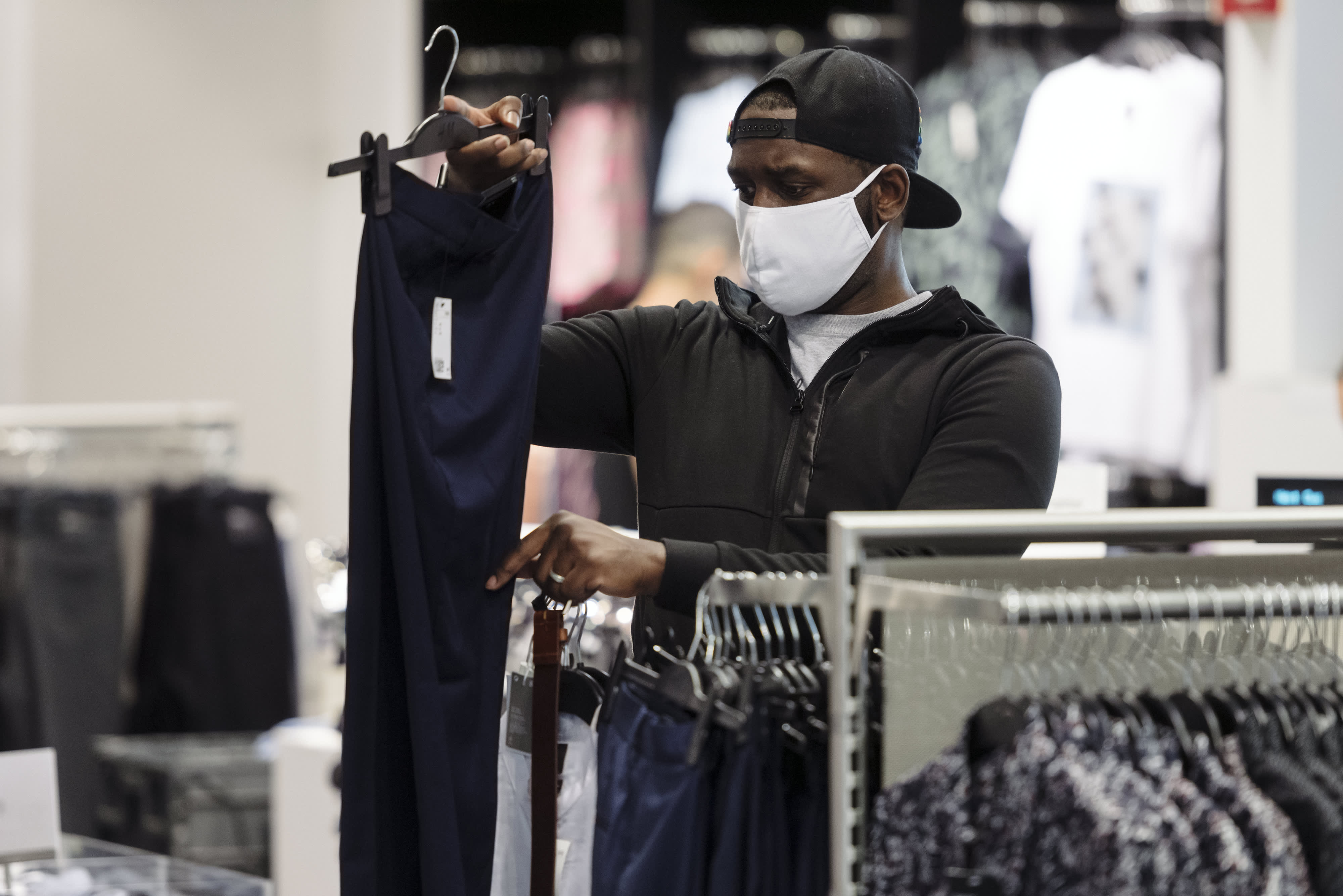 Businesses, sick of policing mask use, ask government to step in