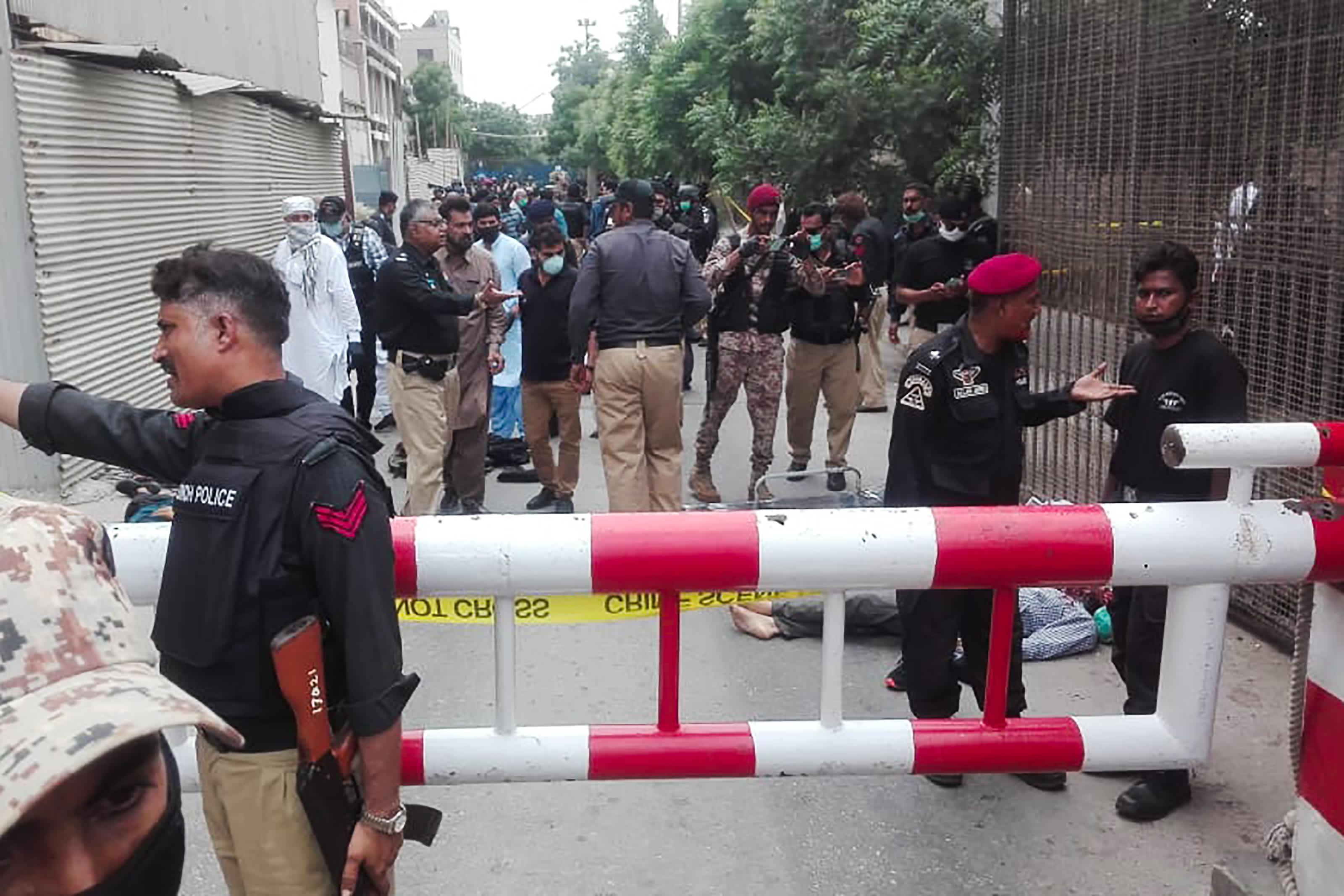बंदूकधारियों ने पाकिस्तानी स्टॉक एक्सचेंज पर हमला किया, चार मारे गए: पुलिस