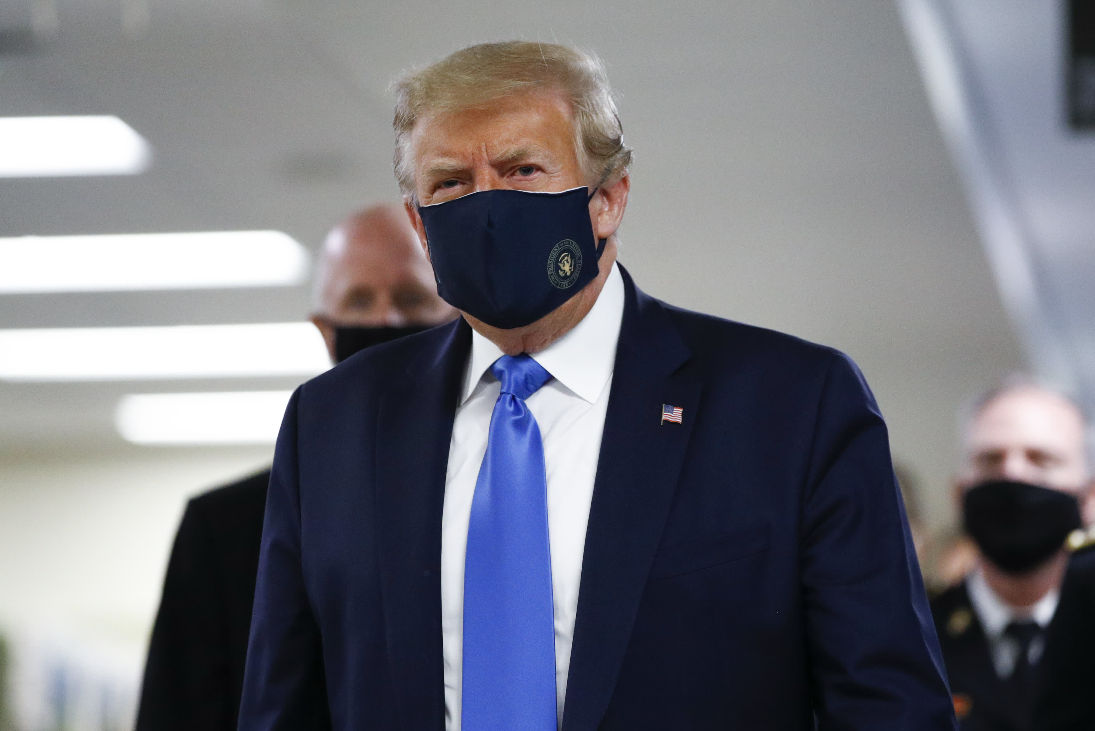 Trump indossa una maschera di coronavirus durante la visita pubblica all'ospedale militare Walter Reed
