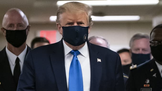US President Donald Trump wears a mask as he visits Walter Reed National Military Medical Center in Bethesda, Maryland' on July 11, 2020.
