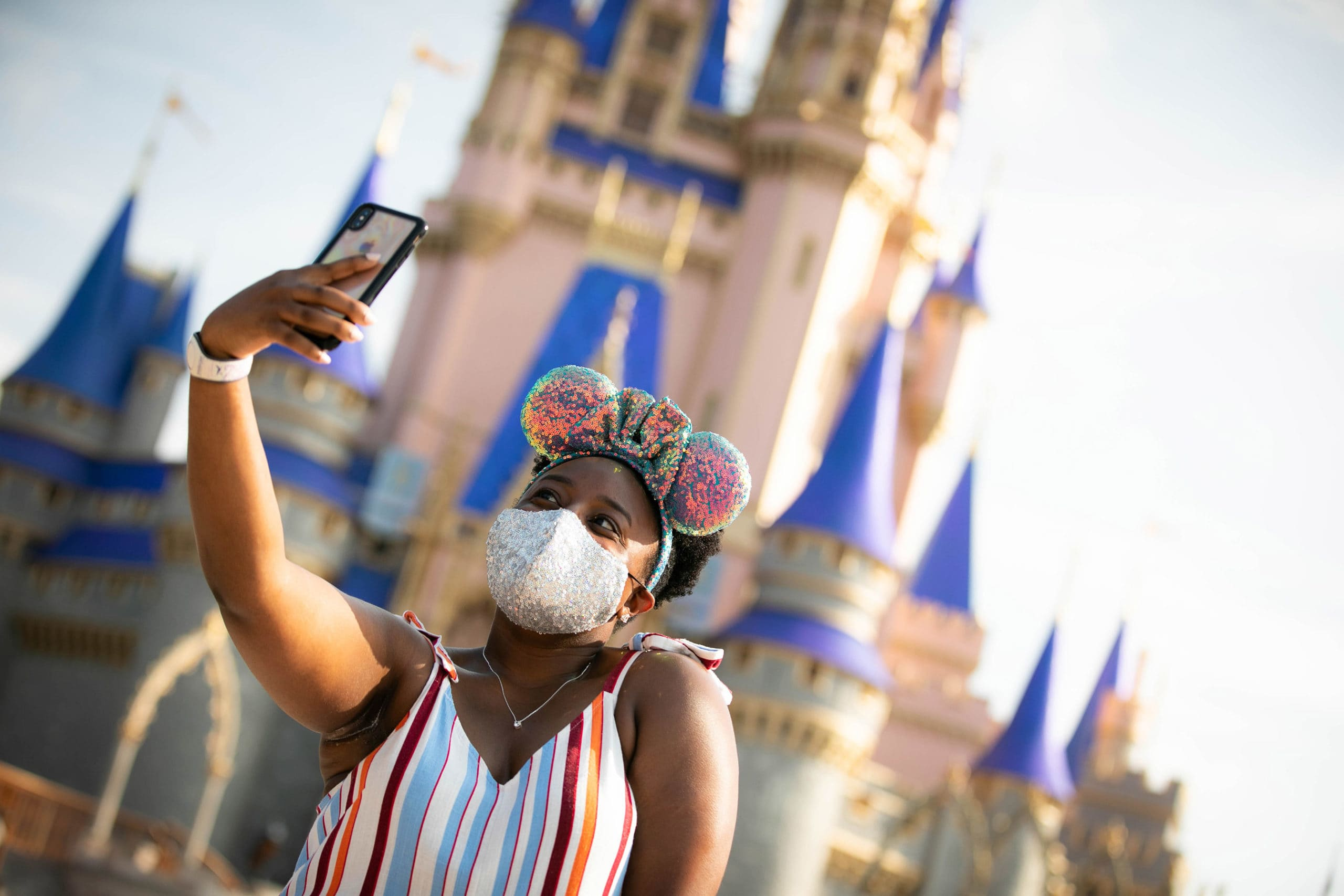 Disney's domestic theme parks will require all parkgoers to wear masks indoors starting Friday - CNBC