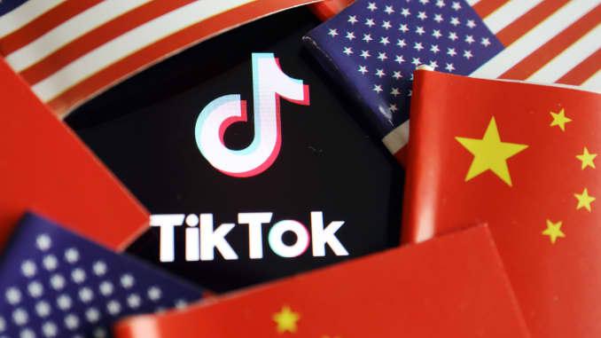 Cờ Trung Quốc và Hoa Kỳ được nhìn thấy gần logo TikTok trong bức ảnh minh họa này được chụp vào ngày 16 tháng 7 năm 2020.
