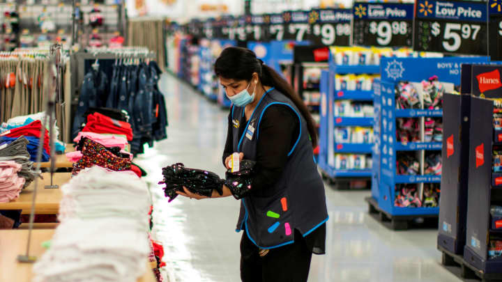Walmart to Raise Wages for 425,000 Employees to Average Above  an Hour