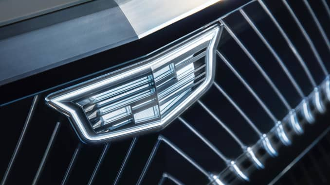 General Motors đã phát hành hình ảnh trêu ghẹo này về một biểu tượng Cadillac được chiếu sáng trên mặt trước của Lyriq trước màn ra mắt của chiếc crossover.