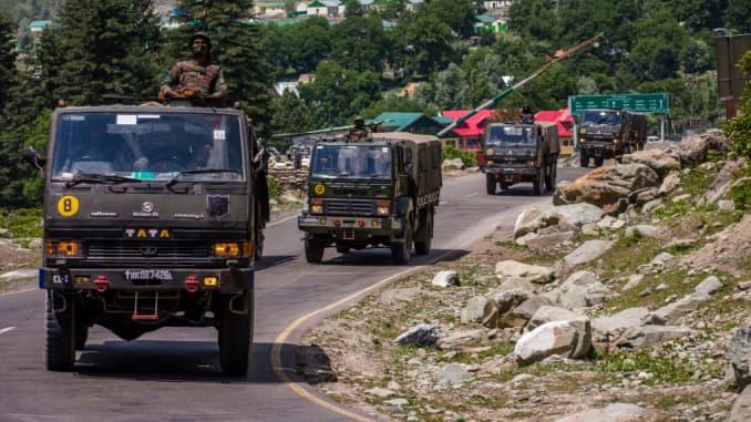 """Một đoàn xe quân đội Ấn Độ lái xe về phía Leh, trên đường cao tốc giáp với Trung Quốc, vào ngày 19 tháng 6 năm 2020 ở Gagangir, Ấn Độ. Có tới 20 binh sĩ Ấn Độ đã thiệt mạng trong một cuộc """"đối đầu bạo lực"""" với quân đội Trung Quốc hôm thứ Ba tại Thung lũng Galwan dọc theo dãy Himalaya."""