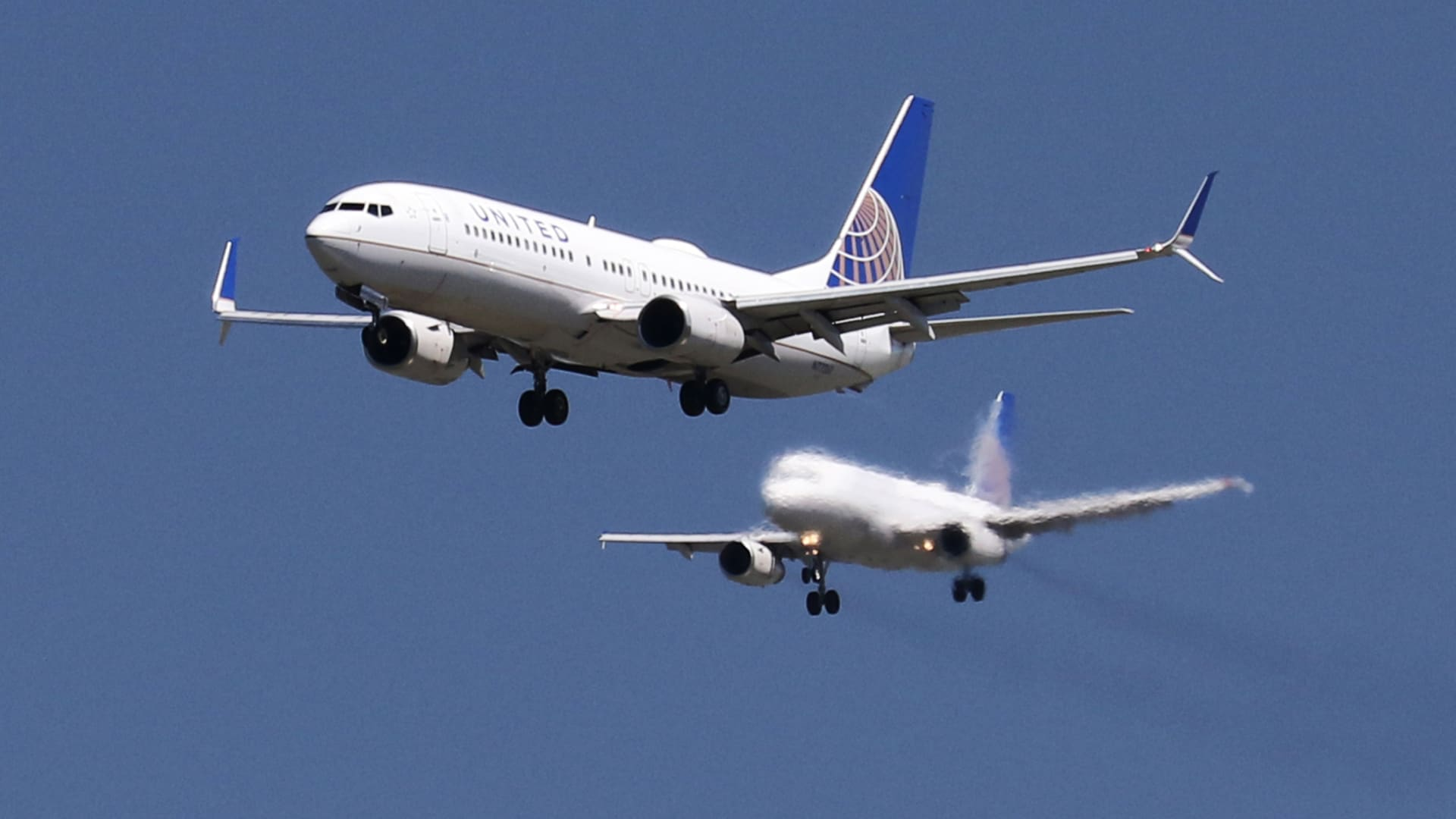 A United Airlines Boeing 737-800 and United Airlines A320 Airbus on seen approach to San Francisco International Airport, San Francisco.