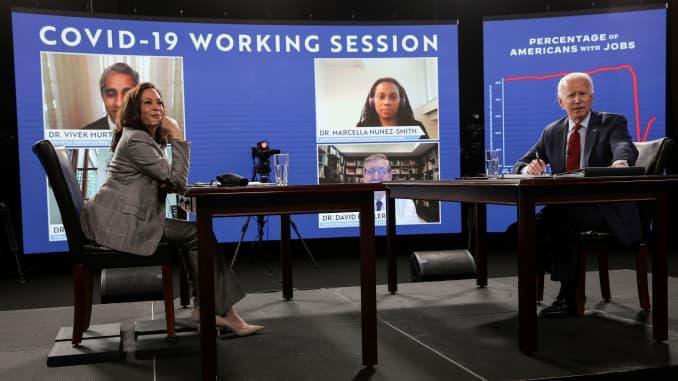 Ứng cử viên tổng thống đảng Dân chủ Joe Biden và ứng cử viên phó tổng thống Kamala Harris ngồi trước khi tham gia cuộc họp báo về đại dịch coronavirus (COVID-19) từ các quan chức y tế công cộng trong thời gian dừng chiến dịch ở Wilmington, Del